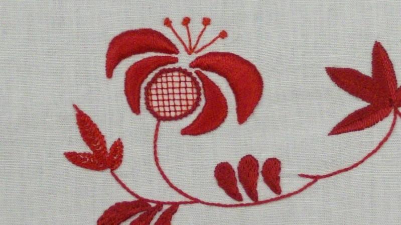 Chemin de table rouge sur ivoire www.corinnebernardesboutique.com